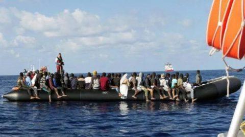 Migranti, il Parlamento Ue boccia la risoluzione pro-Ong. Decisiva l'astensione M5S, esulta la Lega