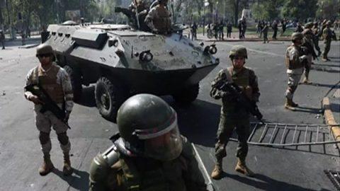 Cile, 3 morti nelle proteste: carri armati e coprifuoco a Santiago. Non accadeva dai tempi di Pinochet