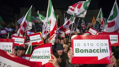 Regionali, diecimila a Bologna per Bonaccini: c'è anche qualche 'sardina' e Prodi