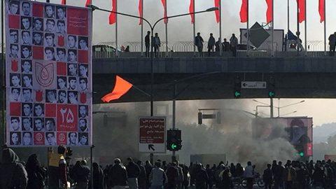 Iran, nuove proteste per aereo ucraino abbattuto. Violenti scontri, la polizia spara