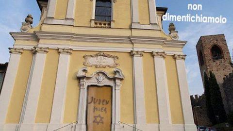 """""""Qui vive un ebreo… che ci ha salvati"""": la provocazione sul portale della chiesa"""