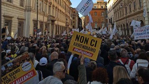 """Il M5s in piazza contro i vitalizi, Di Maio: """"Questa è una piazza che ama l'Italia"""""""